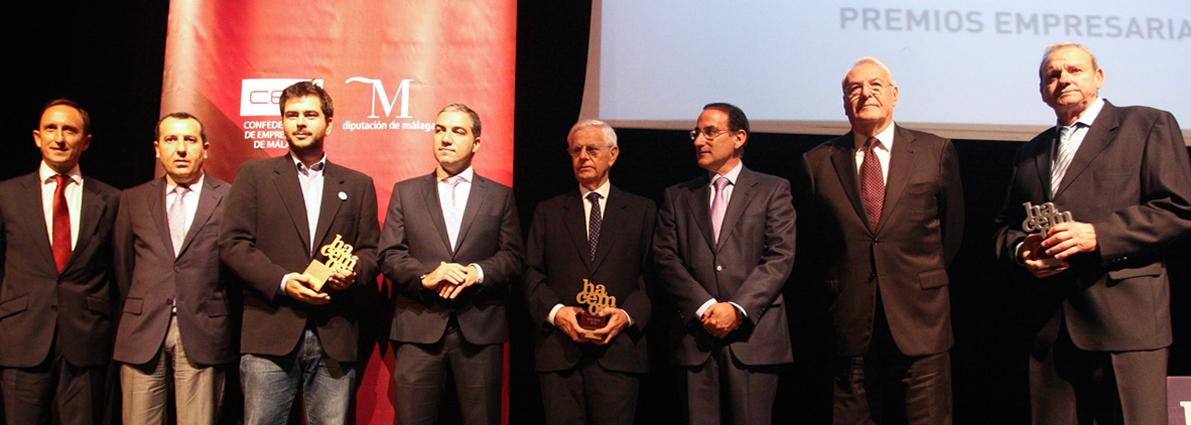 """José Lorca, presidente de Trops, primero por la derecha, y Enrique Colilles, gerente, primero por la izquierda, reciben el premio de la Confederación de Empresarios de Málaga a la """"Mejor Empresa del Año"""""""