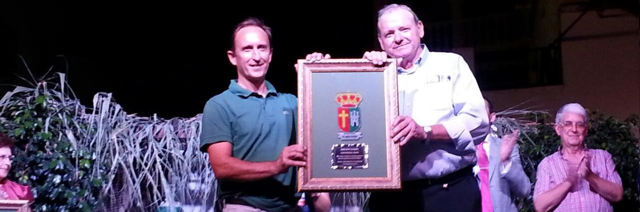 """Enrique Colilles y José Lorca, gerente y presidente de Trops, reciben el premio """"Ajoblanco Axarquía"""" el 6 de Septiembre de 2014 en Almáchar, Málaga"""