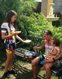 Rubén Ruzafa degusta el mango Trops ofrecido en la degustación en el I Xterra Axarquía