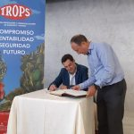 El Presidente de la Junta de Andalucía firma el libro de visitas de TROPS