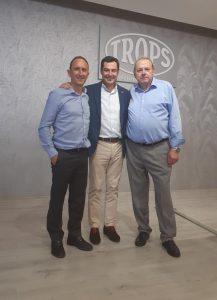 El Presidente de la Junta de Andalucía, Juanma Moreno, junto al presidente de TROPS, José Lorca, y CEO de TROPS, Enrique Colilles