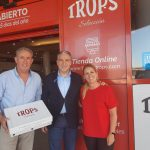 Entrega a Elías Bendodo de una caja de productos de TROPS