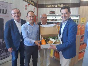 Entrega de una caja de nuestros productos TROPS al Presidente de la Junta de Andalucía