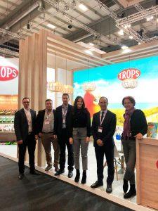 Equipo comercial de TROPS frente al stand en Fruit Logística 2020