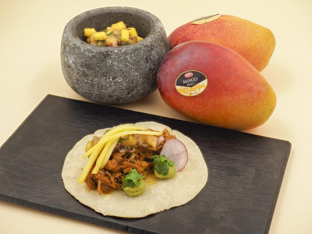 Taquito de cochinita pibil con salsa tatemada de mango y chile h
